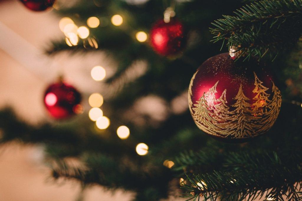 Árbol de Navidad con adornos de lámpara roja