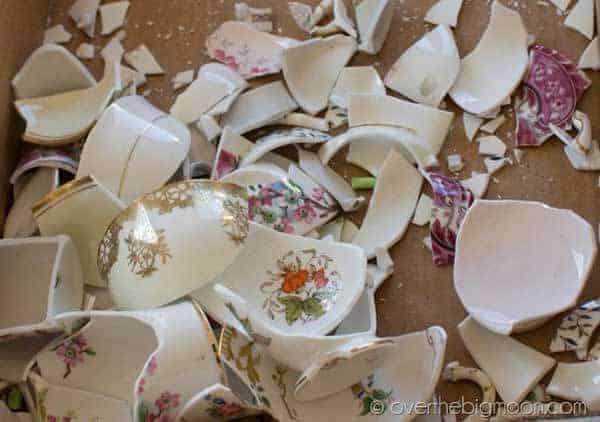 Cómo convertir porcelana rota en hermosos escalones de jardín -