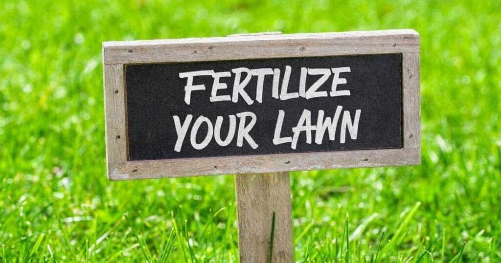 Cartel que le recuerda que debe fertilizar su césped.