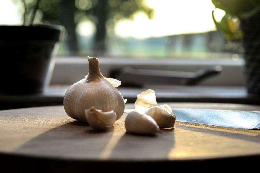 Ajo en mesa de madera