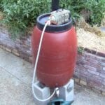 Preparar té de compost beneficia a su jardín y césped