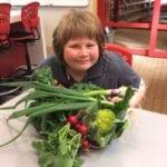 Una gran cosecha del huerto escolar.
