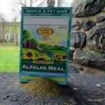 Información de jardinería de harina de alfalfa: uso y fuente del fertilizante de harina de alfalfa
